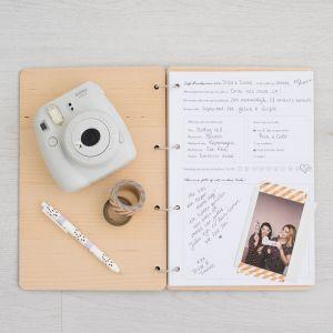 Houten gastenboek met kompas en namen
