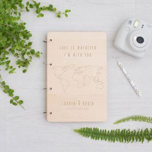 Houten gastenboek met wereldkaart en namen