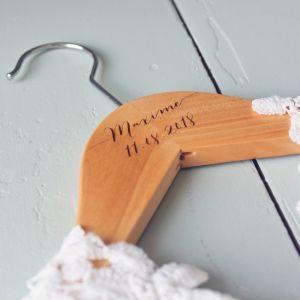 Houten kledinghanger kind met naam kalligrafie