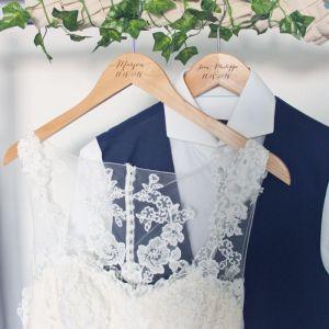 Houten kledinghanger met naam kalligrafie