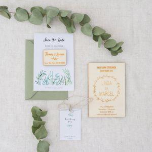 Houten trouwkaart met krans gepersonaliseerd