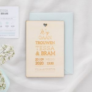 Houten trouwkaart lovely lettertypes