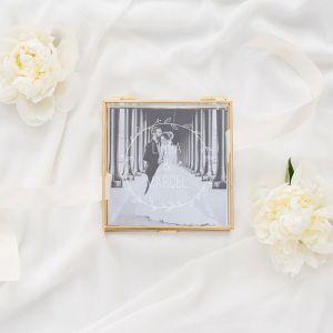 Glazen bewaardoosje goud met krans en namen bruidspaar