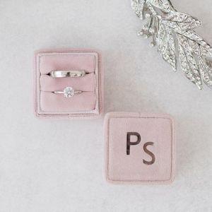 Velvet ringdoosje vierkant Rose Quartz met initialen