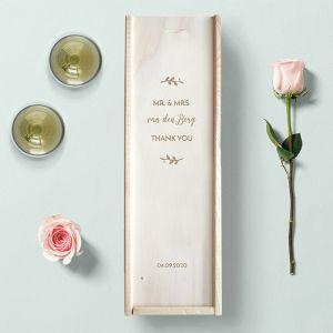 Houten wijnkist bruiloft bedankt met takjes en namen