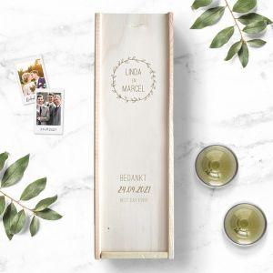 Houten wijnkist bruiloft bedankt met krans en namen